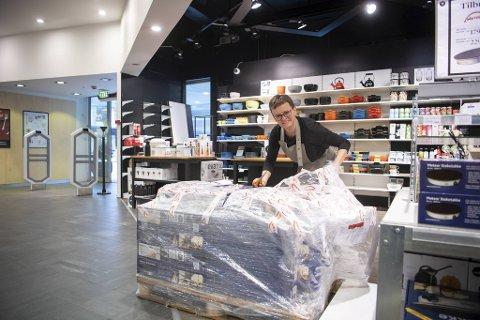 Avdelingsleder Else Wilson ved Wallendahls kjøkkenavdeling pakker ut en stor palle med steketakker, som er populære for tiden. Disse kan du bruke til å steke lefser, lomper, sveler og flatbrød hjemme.