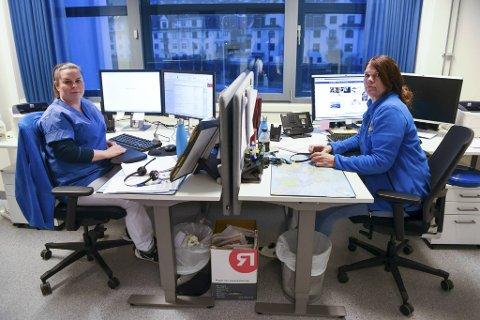 Etter lang tid der kapasiteten til legevakttelefonen har vært sprengt, er det nå ikke lenger ventetid. Her er Camilla Lønnestad og Merethe Sævareid, helsesekretærer ved smittevernkontoret, som tar imot telefoner.