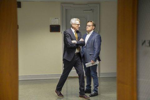 Sveinung Dalseide (t.h.) og hans advokat, Erik Myhr Nilsen, snakker sammen under en pause i rettssaken, som var til behandling i januar.