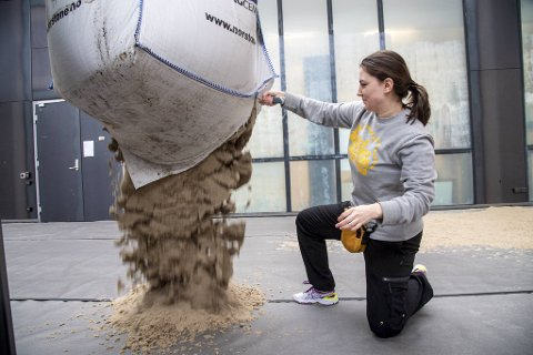 Prosjektansvarlig Maja Bergebakken Sundt, får hjelp av flere frivillige til å lage sandstranden på KMD.