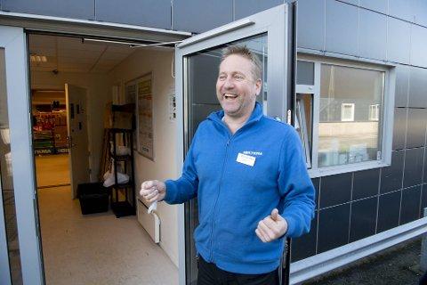 Varehussjef Rune Steffensen forteller at drive-in-tilbudet til Biltema blir tatt godt imot. – Kjekt å kunne gjøre noe hyggelig for kundene i disse koronatider!