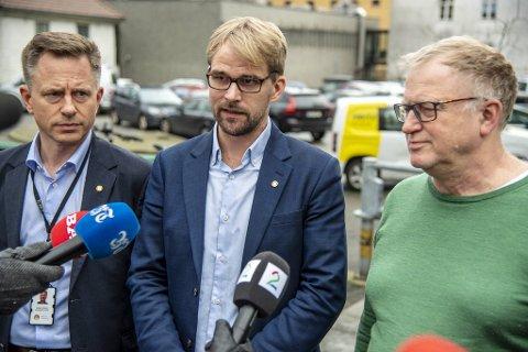 Kommunaldirektør Robert Rastad (51), byrådsleder Roger Valhammer (36) og medisinsk fagsjef Trond Egil Hansen (61) da de kunngjorde de strenge korona-tiltakene i Bergen.