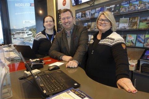Reiselivsdirektør Anders Nyland i Visit Bergen sammen med Rikke Sortland og Trude Schjetlein i Turistinformasjonen.