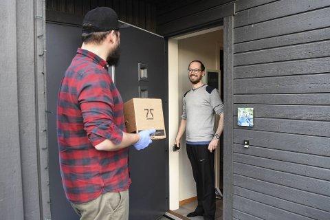 – Værsågod, her er ølet ditt! Jens Eikeset fra 7 Fjell bryggeri leverer leskende varer på døren til Ole-Bjørn Minde på Søreide.