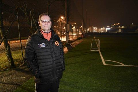 Terje Kvalheim, leder for Frøya fotball, mener at kommunens smitteverntiltak på fotballbaner er for strenge.