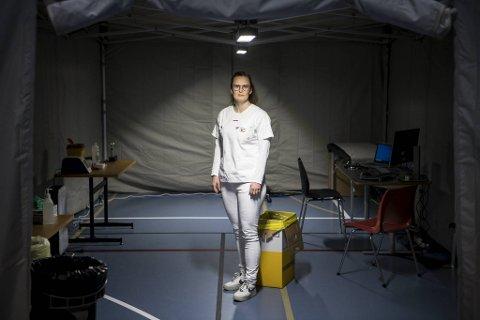 Lina Welle-Nilsen i fastlegenes pandemigruppe i et av teltene som brukes i pasientbehandlingen.
