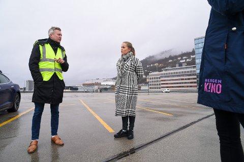 Jeanette Heggland, sjef på Bergen Kino, på taket av Bygarasjen sammen med Øyvind Vatne fra Bergen Parkering onsdag formiddag.