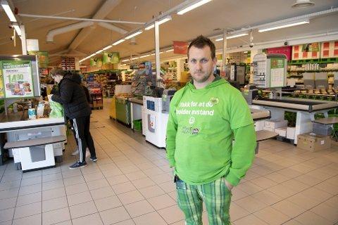 Butikksjef Håvard Tvedterås ved Kiwi Bjørkheim savner hyttefolket fra Bergen.