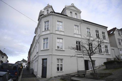 32-åringen ligger fortsatt på sykehus etter et fall fra taket på denne bygården i Sandviken natt til onsdag.