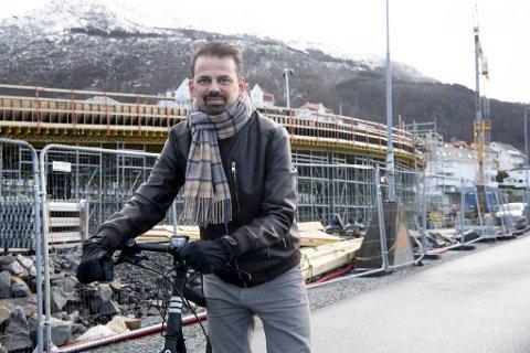Broen som reiser seg bak lederen i Syklistenes landsforbund Reidar Thorstensen er til nytte for de myke trafikantene, påpeker han. – Det er nødvendig med tiltak i sentrum og sentrumsnære områder, mener Thorstensen. FOTO: ARNE RISTESUND