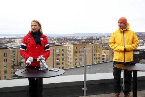 Idrettspresident Berit Kjøll og helsedirektør Bjørn Guldvog  på pressetreff om idrett og korona onsdag.