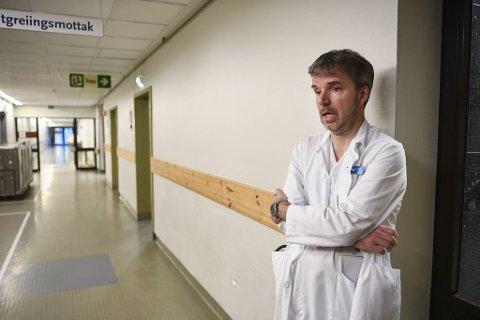 Seksjonsoverlege Trond Bruun ved Infeksjonsseksjonen på Haukeland sykehus forteller at de ser noen covid-19-pasienter komme inn med magesmerter.