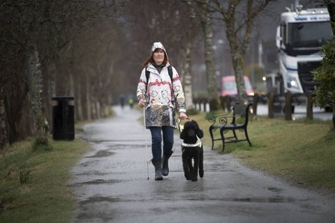 Førerhunder sliter med de nye korona-reglene til Bergen kommune. Her er Thea Økland og ledsageren Zara (2) på tur ved Liavatnet i Åsane.