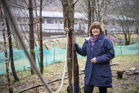 Betanien barnehage har laget et ekstra lekeområde i skogen nedenfor barnehagen. Styrer Anne Bjørkbom Knutsen har sett mot Danmark i påvente av hva norske myndigheter skal gjøre.