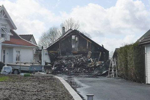 Like ved garasjen som brant, står familiens hus.