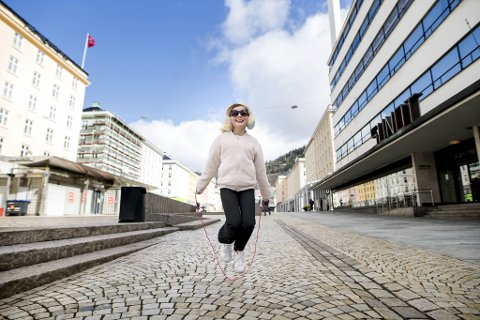 På Torgallmenningen spretter Embla Oledottir (9) opp og ned mens det røde hoppetauet spinner i fine sirkler. De pastellfargede ørevarmerne og nyinnkjøpte solbrillene sitter som støpt på hodet til jenten fra Møhlenpris.