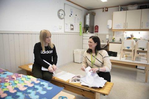 Barnehagelærer Anita Brynildsen og styrer for Espira barnehage på Rå, Ingrid Christina Matre, forbereder aktiviteter til barna den kommende tiden.