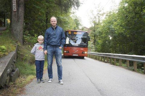 Karl Morten Bårdsen og sønnen Mads har brukt den smale veien i mange år. Her fra da de viste den frem for BA i 2014.