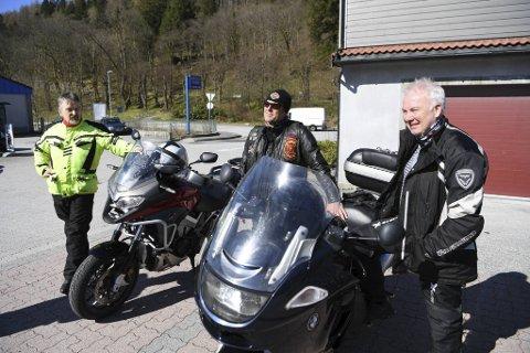 (Fra v.) Brannmennene Jan Inge Wilhelmsen (Honda VFR800), Erik Tang (BMW GT1200) og Tor Atle Instebø (Harley Fatboy) står avreiseklare ved Krambua. Straks skal de på cruisetur til Glesvær.