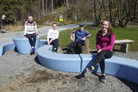 Folksomt på Ulriken på årets varmeste tursøndag. Men folk holdt stort sett god smittevernavstand. Det gjorde også (fra v.) Guri Aarø (20), Mari Aarø (22), Sondre Rinde (22) og Ingrid Færøvik Mork (20).