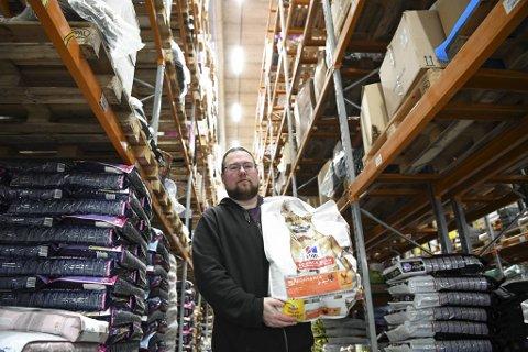 Lagersjef Jan Petter Fjeld i Dyrekassen og hans medarbeidere på lageret på Storaneset i Indre Arna har travle dager.