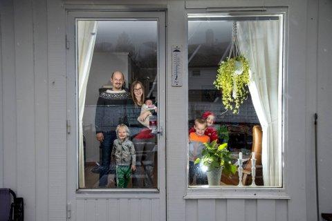 Koronakrisen gjorde at familien Haaland måtte reise hjem til Bergen på kort varsel. Her er Arne Kristoffer (39) og Miriam (31) sammen med sine fire barn: Elisabeth (seks dager), Isak (4), Alexander (7) og Fredrik (6).