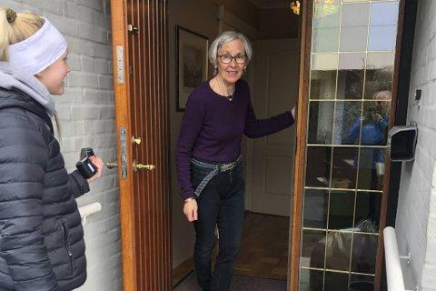 Gun Berit Losnedal får levert matvarer hjem på døren av Karoline Gjelsvik.