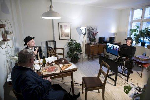 Forfatter og poet Henning Bergsvåg har gjort stuen på Møhlenpris om til TV-studio