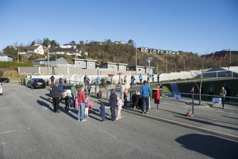 Utenfor Espira Rå barnehage var det snorklipping og reneste 17. mai-stemning da barnehagen gjenåpnet etter fem stengte uker.