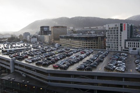 Taket på byens perle, Bygarasjen, er sjelden så full av biler som dette.