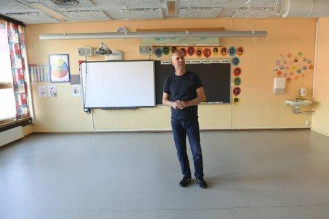Rektor Nils-Einar Johansen stoler på myndighetene, men vet at det ikke er mulig å få inn mellomtrinnet på skolen før en ny veileder er på plass.