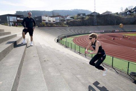 Bibbi Gaassand hopper trapper som en gaselle på Fana Stadion mens personlig trener Preben Juvik fra SATS Nesttun gir instruksjoner. Utetrening er en fin avveksling, men begge savner treningsstudioet. Ingen vet ennå når dørene åpner.