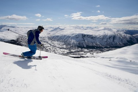 Birk Aufles (23) svinger seg offpiste fra toppen av Kari Traa-trekket i strålende vårsol. Han tok bilturen fra Hovden til Myrkdalen for å utnytte finværet. – Hjemme regner det!