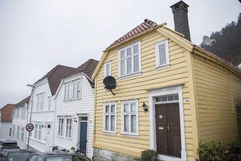 Henrik Wergelands gate 13 blei bygd i 1890. Her var det nyleg trulova Alf Knudsen budde med foreldrene og systra si. Det var også her dei måtte avskjed med han om føremiddagen 21. oktober 1918.