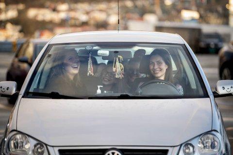 God stemning på taket. Mamma Tone Larsen bak rattet, Tiril (17) i passasjersetet, bak fra venstre sitter Tilde (10) og Tina (14).
