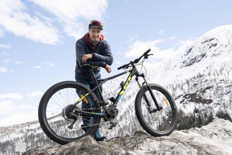 Myrkdalen har planer om å gå fra vintersportssted til helårsdestinasjon. Nærmere ti millioner kroner skal investeres i nye stier. Lederen for sykkelprosjektet er Joar Wæhle.