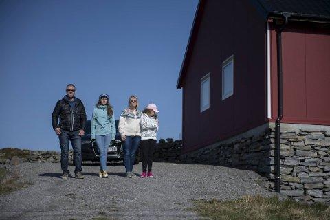 Tord og Renate Toft frykter hva som skal skje når Erna Solberg letter på restriksjonene i Norge etter påske. Her med døtrene Susanne Toft (15) og Henriette Toft (11).