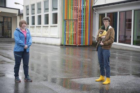 Amanda Josefsen Langhelle (17) og Frida Arnesen (18) forteller at det er litt skummelt å komme tilbake på skolen.