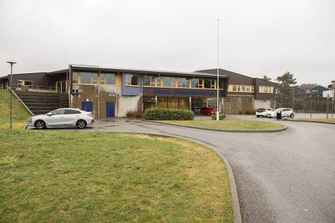 En mann i 20-årene brøt seg inn på Erdal ungdomsskole natt til onsdag.