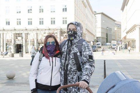 Paulina (29) og Daniel (29) på trilletur med munnen dekket.