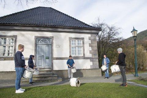 Halvparten av Dræggens Buekorps gjenopptar treningen på Bergenhus festning. Selvsagt med koronaavstand. Fra venstre: Sander Hille, Amund Langeland, Eirik Instebø Hansen, Sigurd Linde og Adrian Gjerde Larsen.