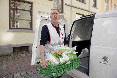 Geir Tjore  fra Røde Kors er på en av byens adresser for å levere matkasse til en enslig som ikke kommer seg ut for å hente mat selv. Tjore er aktivitetsleder for beredskapsvakt i Bergen Røde Kors. Nå er det mer bruk for ham til utkjøring av mat til økonomisk vanskeligstilte i karantene og isolasjon.