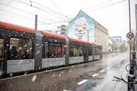 Snøen lavet ned i Bergen sentrum mandag ettermiddag.