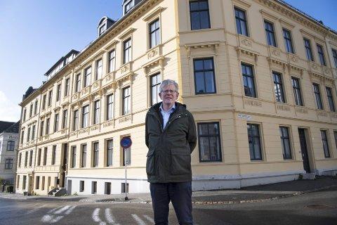 UiBs eiendomsdirektør Even Berge foran eiendommene som er til salgs: Hans Holmboes gate 22 og 24 og Harald Hårfagres gate 29 og 31.