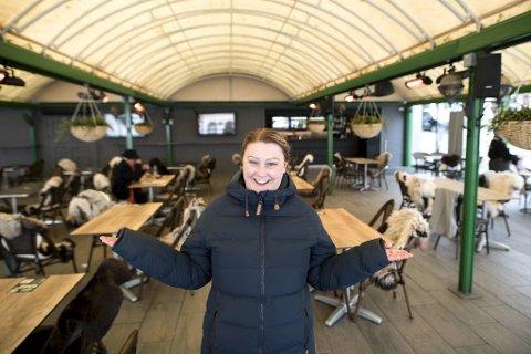 Logehaven har holdt åpent i en uke. Restaurantsjef Trude Petersen gjør flere grep for å sikre at nasjonaldagen blir smittefri.