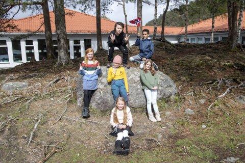 Fra venstre: Nicolai, Mattias, Ella, Andrine, Olivia og Sofie er innstilt på at 17.mai i år blir annerledes. - Det er dumt vi ikke får gå i 17.mai-tog, men dagen kan fortsatt bli gøy, sier Nicolai.