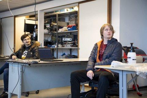 Danielius Straksys (til venstre) og Mikal M. Berge, begge elever ved dataelektronikerfaget ved Årstad videregående skole, er frustrert over kontrabeskjeden fra direktoratet.