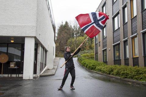 Martin André Djupevik (11) fra Løvås oppveksttun vaier med flagget for å feire 17. mai og nasjonaldag - noen få dager for tidlig.