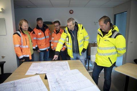 Denne gjengen skal sørge for at prosjektet kommer i land. Ørjan Mjøs (utbyggingsansvarlig Bir Nett), Carl Nødtvedt (prosjektleder), Svein Koldingsnes (byggeleder), John Førsvoll og John Stolt-Nielsen (VE-anlegg)