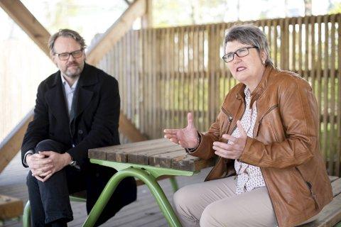 Etatsdirektørene for skole og barnehage, Marius Arnason Bøe og Mimi Bjerkestrand, har ikke mistet motet etter åtte uker med koronakrise.